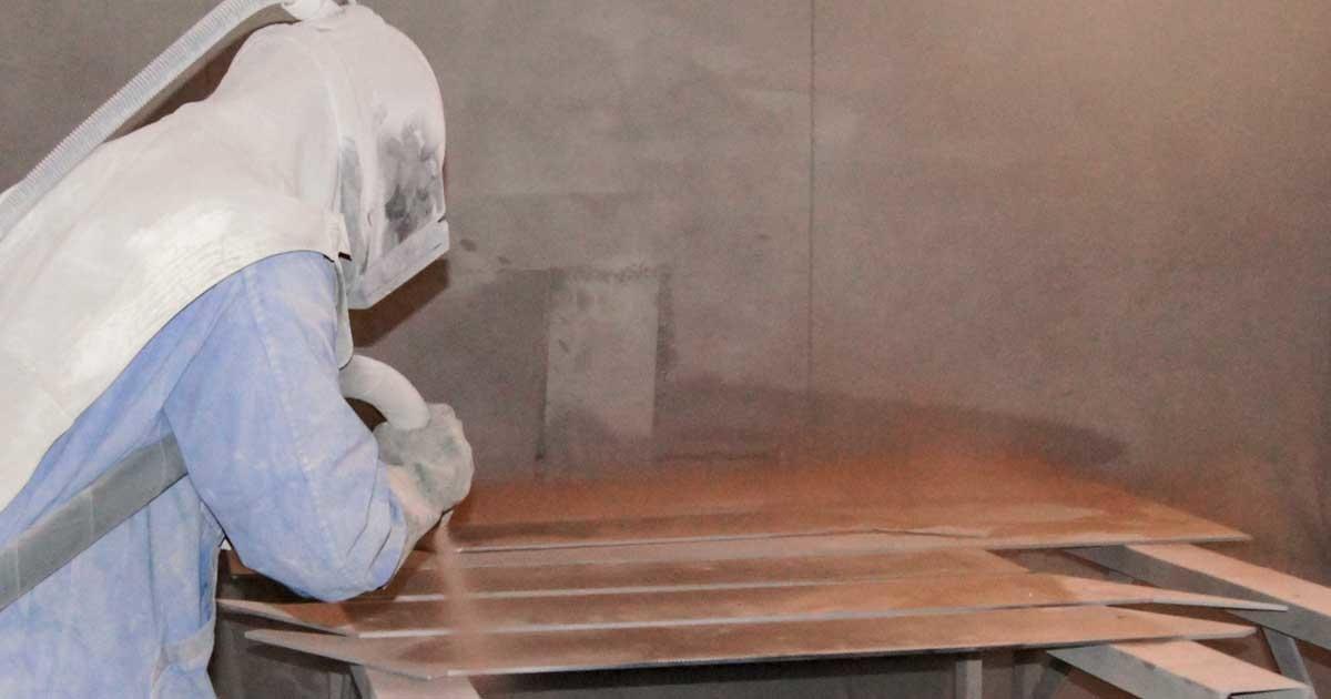 Industrielackierung Mitarbeiter beim Beschichten – Garbani AG