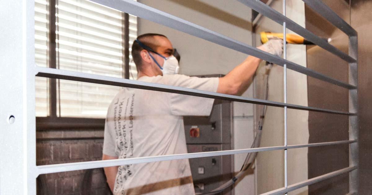 Industrielackierung Mitarbeiter beim Eisenglimmer-Beschichten – Garbani AG